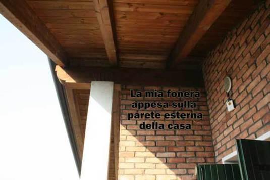 fonera sulla parete esterna della casa